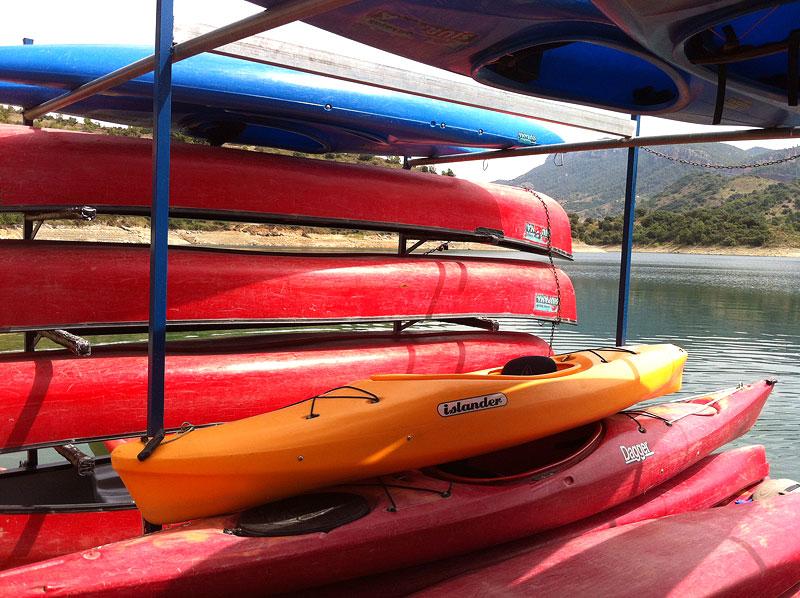 Kayaks a la vora del pantà